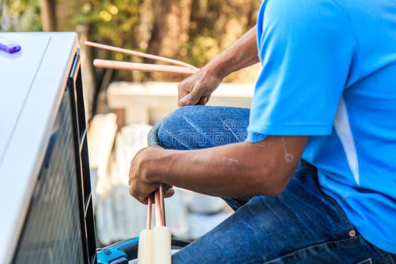Processo di installazione del condizionatore d'aria immagine stock libera da diritti