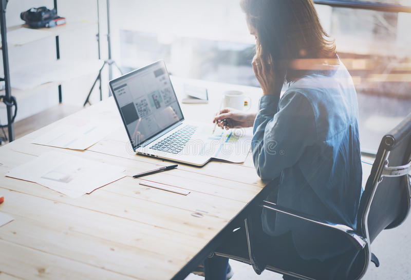 Processo di lavoro dell'Account Manager Giovane lavoro della donna di affari con il nuovo progetto startup in ufficio Analizzi il fotografia stock libera da diritti