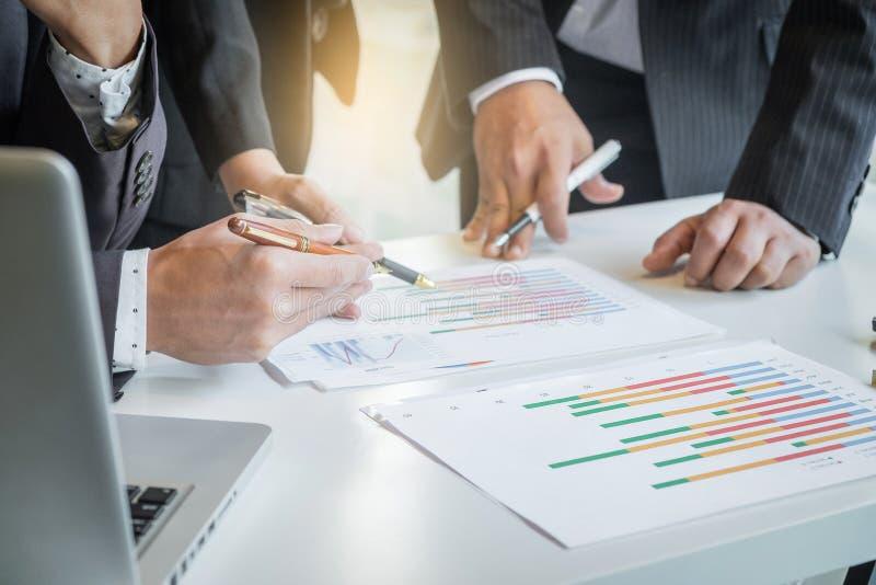 Processo di lavoro di squadra, consulente aziendale che analizza le figure finanziarie d fotografia stock