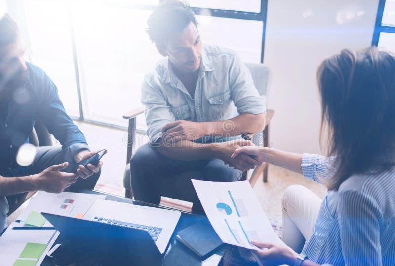 Processo di lavoro di squadra I giovani colleghe lavorano con il nuovo progetto startup in ufficio Analizzi il documento, piani C immagini stock