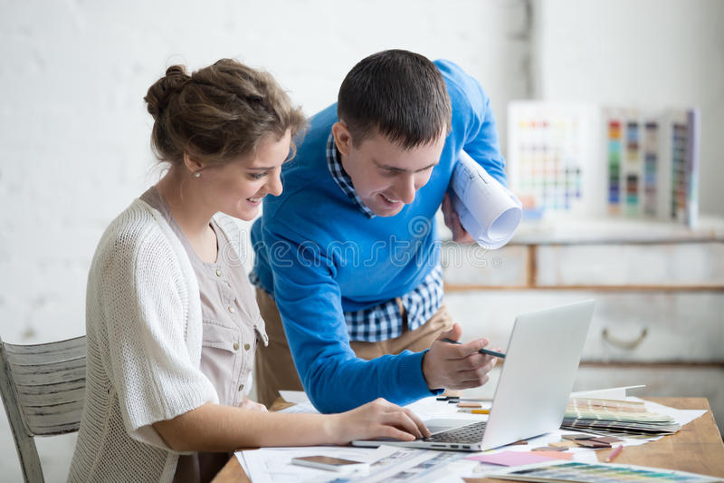 Processo di lavoro di squadra in ufficio immagine stock