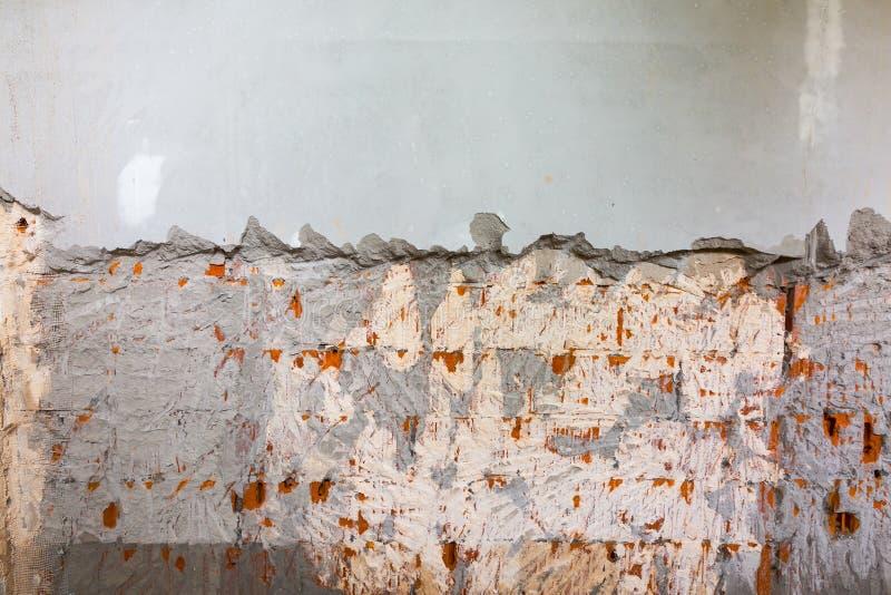 Processo di lavoro di smantellamento del gesso blonding sulla parete prima di installazione delle strutture del metallo per panne fotografia stock libera da diritti