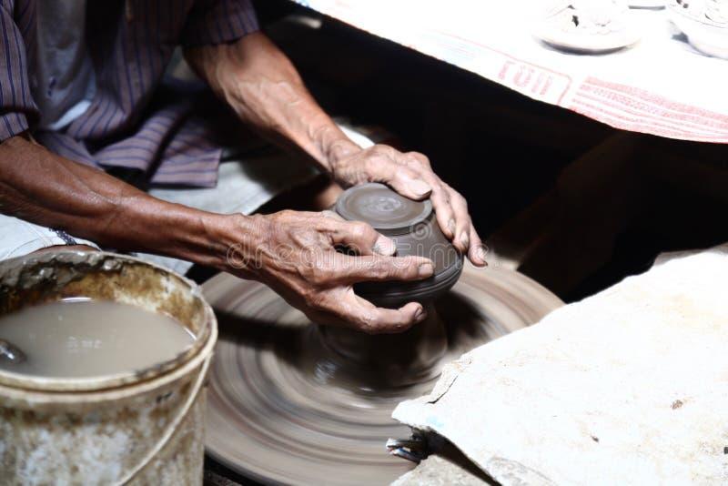 Processo di lucidatura delle terraglie con 2 mani fotografie stock