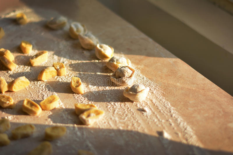 Processo di produrre gli gnocchi, ravioli crudi in farina immagini stock