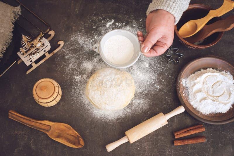 Processo di produrre i biscotti di Natale Donna matura, mani della nonna che producono pasta immagini stock