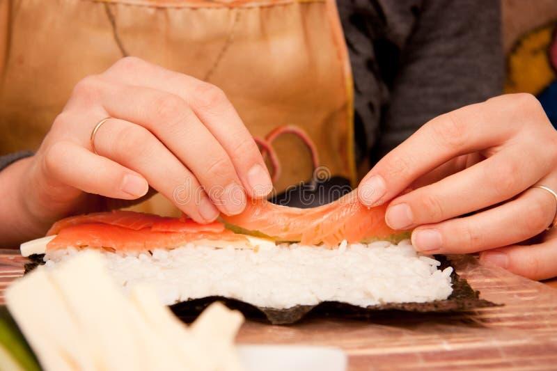 Processo di produrre i sushi fotografie stock
