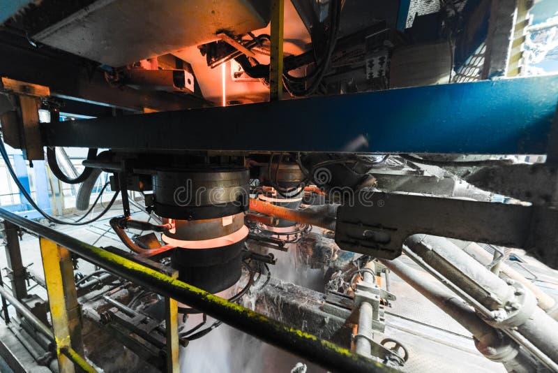 Processo di produzione della vetroresina al fondo di fabbricazione con l'attrezzatura di industria immagini stock libere da diritti