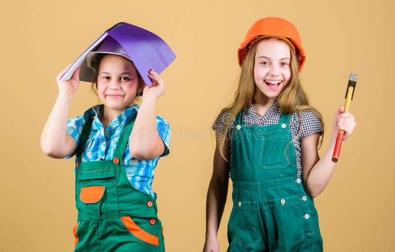 Processo di rinnovamento di controllo Casa di rinnovamento felice dei bambini Attività di miglioramento domestico Ragazze dei bam fotografia stock libera da diritti