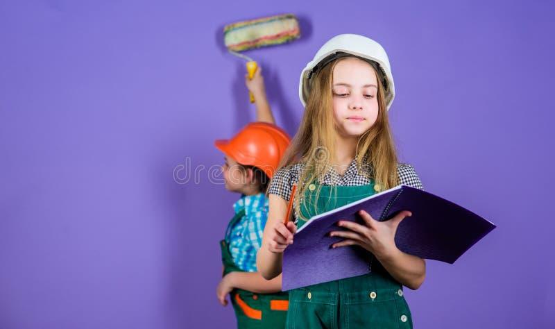 Processo di rinnovamento di controllo Sorelle casa di rinnovamento felice Attività di miglioramento domestico Ragazze dei bambini fotografia stock libera da diritti