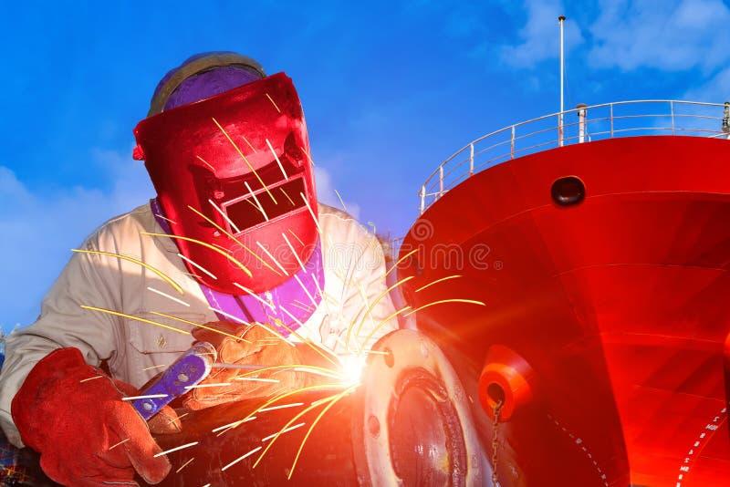 Processo di saldatura industriale in cantiere navale fotografia stock