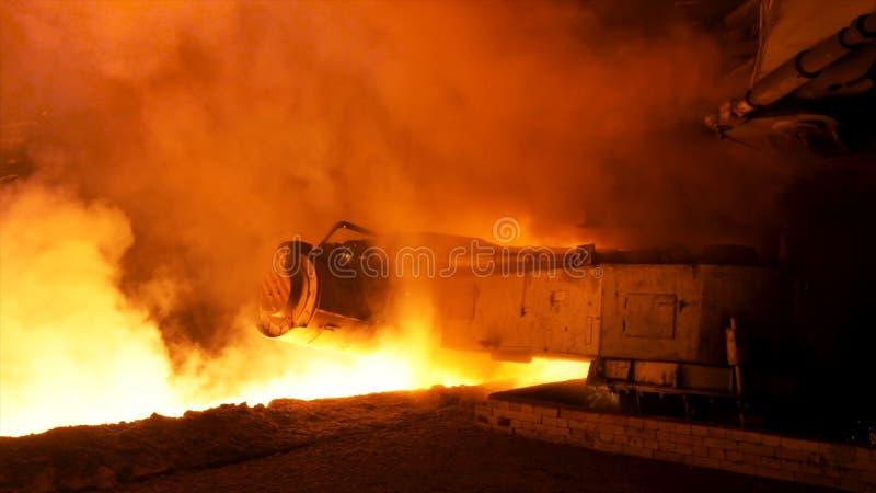 Processo di versamento d'acciaio fuso con i club del vapore nella pianta metallurgica Metraggio di riserva Chiuda sulla macchina  fotografie stock