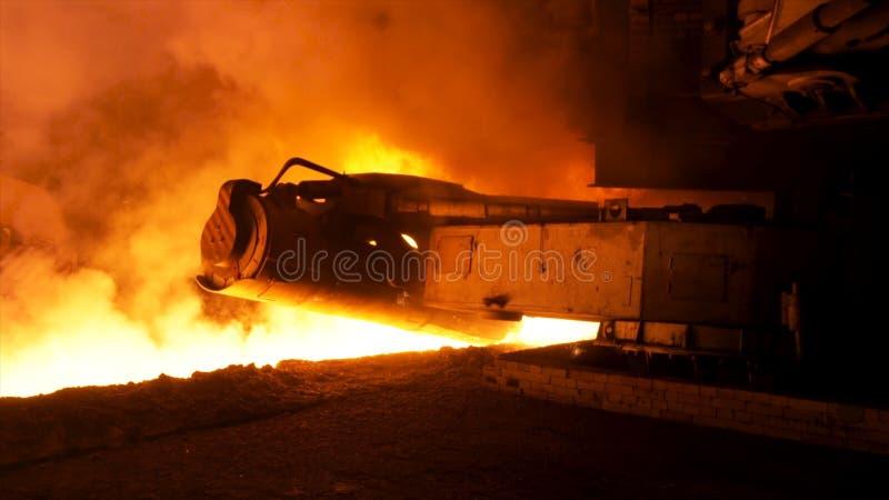 Processo di versamento d'acciaio fuso con i club del vapore nella pianta metallurgica Metraggio di riserva Chiuda sulla macchina  fotografia stock libera da diritti