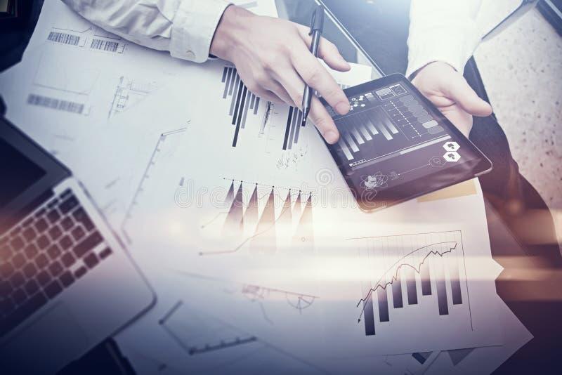 Processo do funcionamento da finança Mulher da foto da exposição dobro que mostra a relatórios comerciais a tabuleta moderna, tel foto de stock