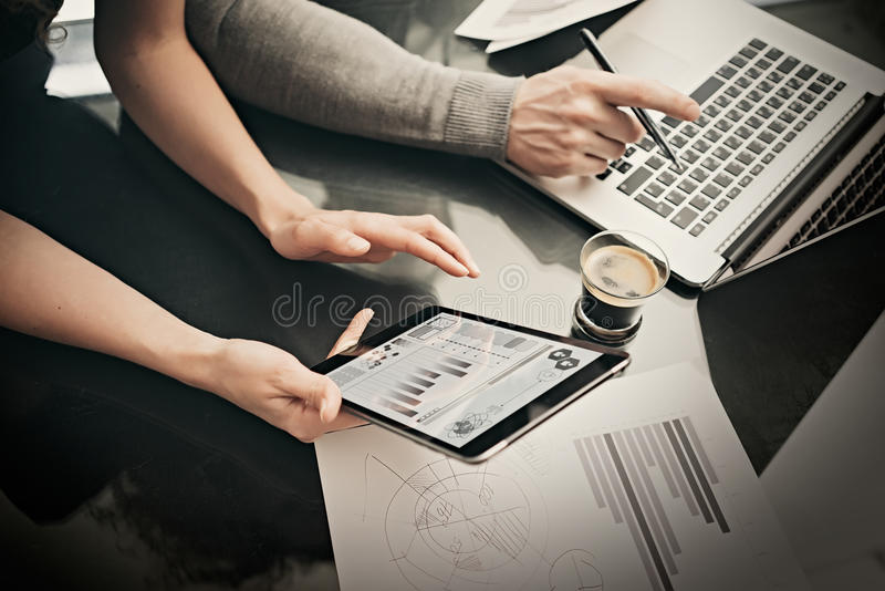 Processo do funcionamento do departamento financeiro Mulher da foto que mostra a relatórios comerciais a tabuleta moderna, tela d imagens de stock