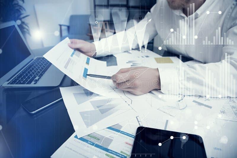 Processo do funcionamento do gerente do banqueiro Cartas do mercado do trabalho do comerciante do banco da foto Usando dispositiv foto de stock