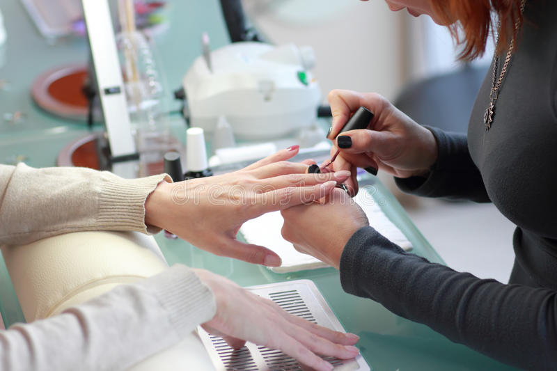 Processo do Manicure? As mãos da fêmea? Mãos fêmeas imagens de stock