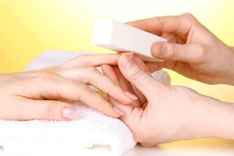 Processo do Manicure no salão de beleza fotos de stock royalty free