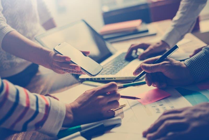 Processo do trabalho da equipe Gerentes que discutem o projeto digital novo Portátil e documento na tabela imagem de stock