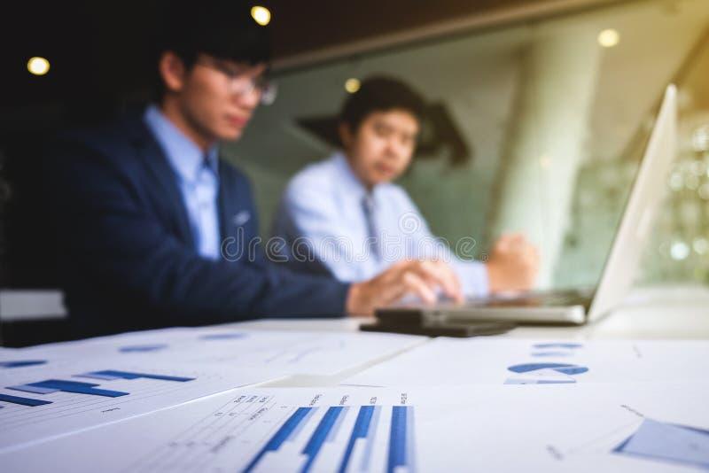 Processo dos trabalhos de equipa, fundo abstrato borrado do poin dos homens de negócios imagem de stock royalty free