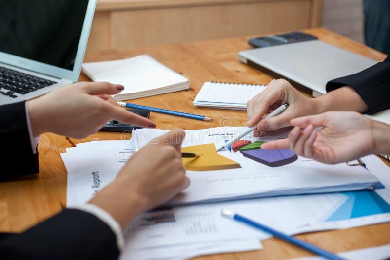 Processo dos trabalhos de equipe, executivos que trabalham no escritório imagens de stock