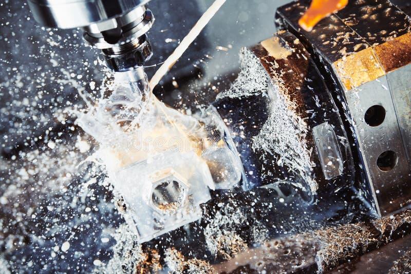 Processo metalúrgico de trituração Metal industrial do CNC que faz à máquina pelo moinho vertical Líquido refrigerante e lubrific fotos de stock royalty free
