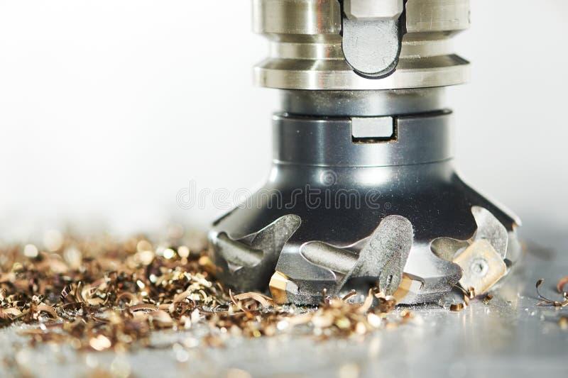 Processo metalúrgico industrial do corte pelo cortador de trituração fotografia de stock