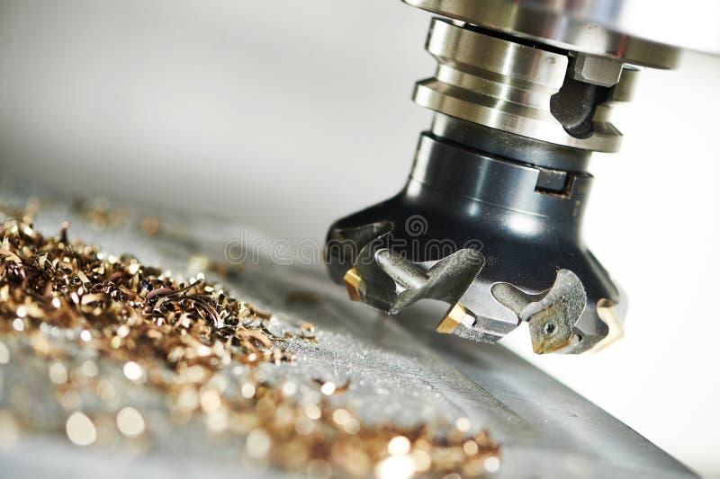 Processo metalúrgico industrial do corte pelo cortador de trituração foto de stock royalty free