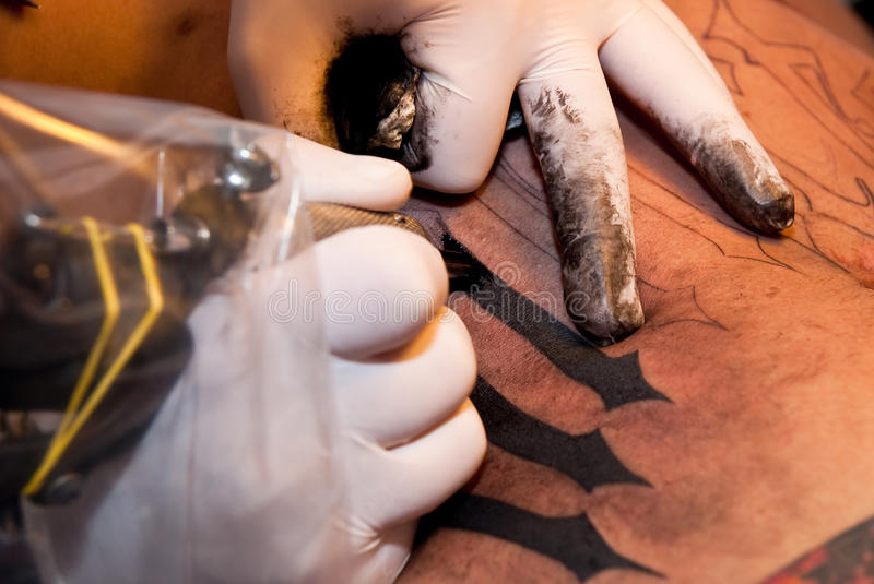 Processo Tattooing imagens de stock royalty free
