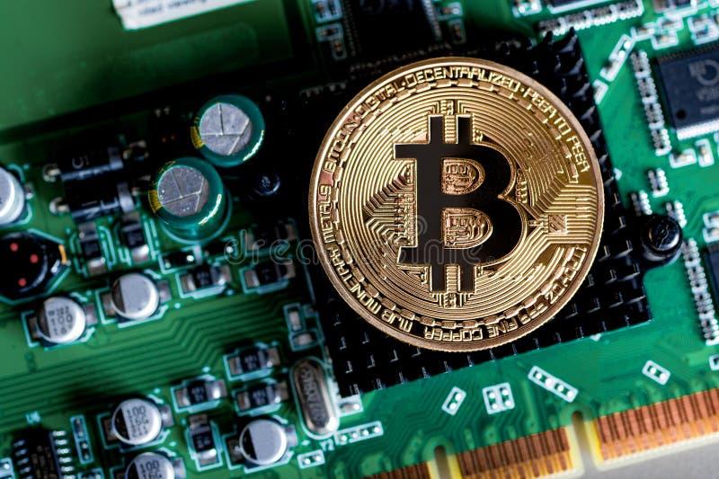 Processor för dator för bräde för elektrisk strömkrets för bitcoin för guld- mynt arkivbilder