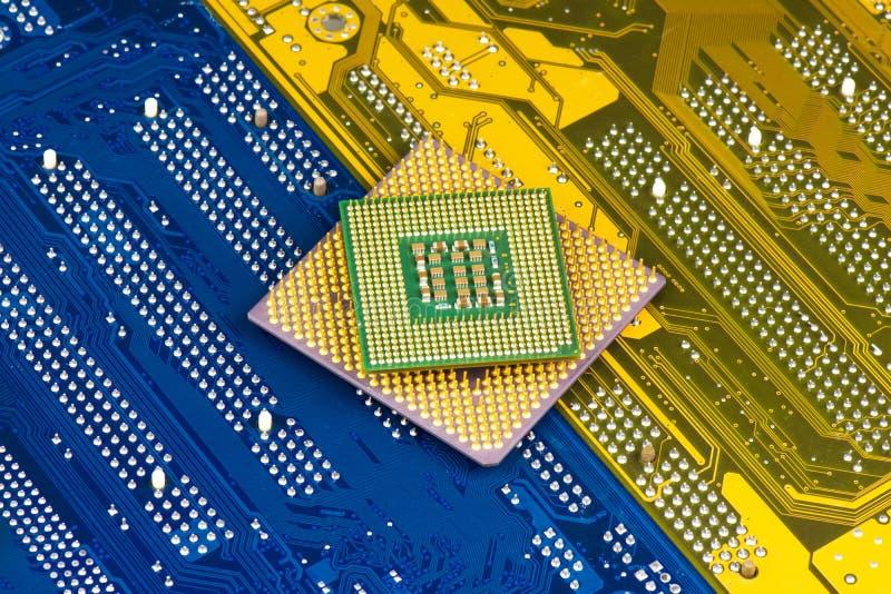 Processorer på moderkortbakgrund royaltyfri bild