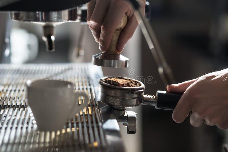 Processus à café ; tasse d'expresso et machine de café ; image stock