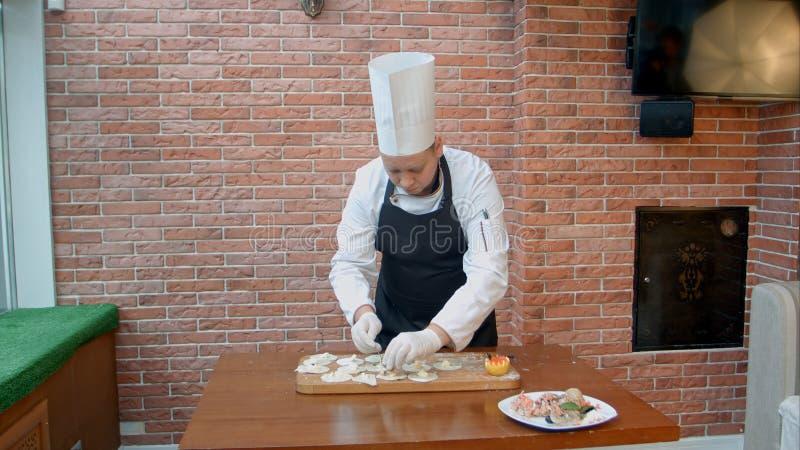 Processus étape-par-étape de faire des boulettes, des ravioli ou le pelmeni avec le remplissage de fruits de mer photos stock