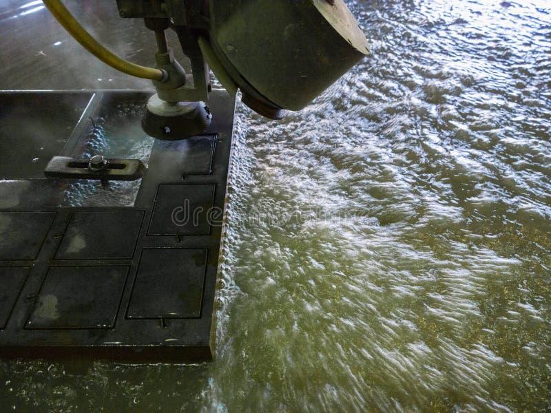 Processus de coupure Waterjet de feuillard noir épais images libres de droits