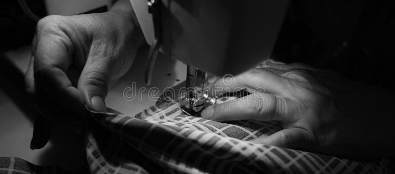 Processus de couture images stock
