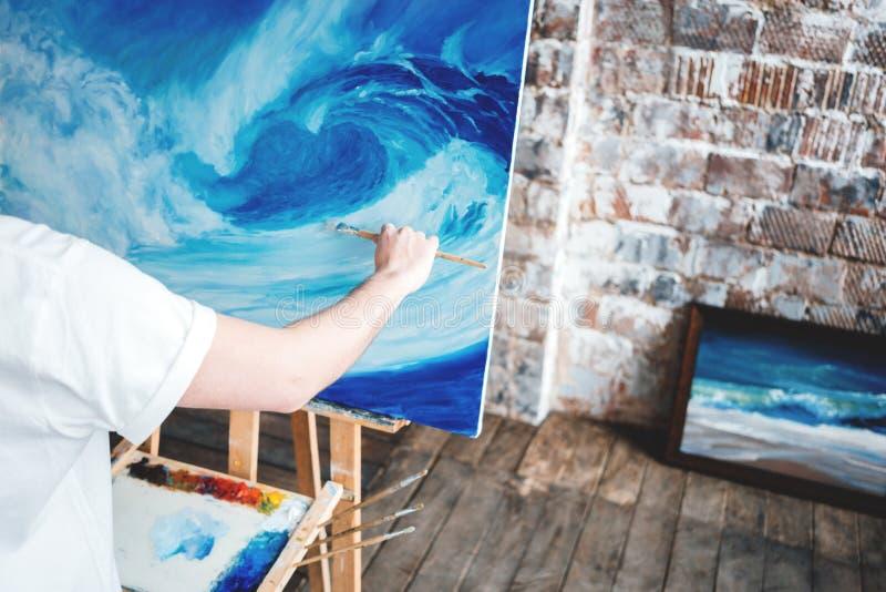Processus de dessin d'artiste sur la toile dans le studio d'art image stock