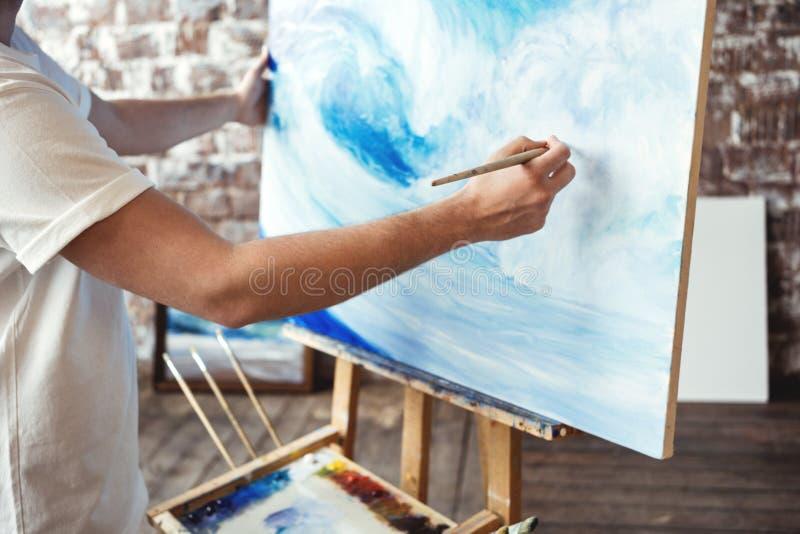 Processus de dessin d'artiste sur la toile dans le studio d'art photos stock