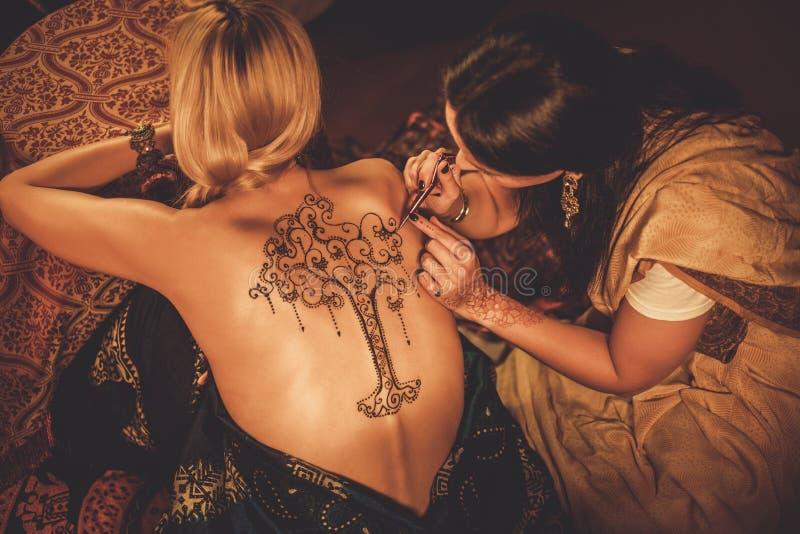 Processus de dessin d'ornement de menhdi de henné photographie stock libre de droits