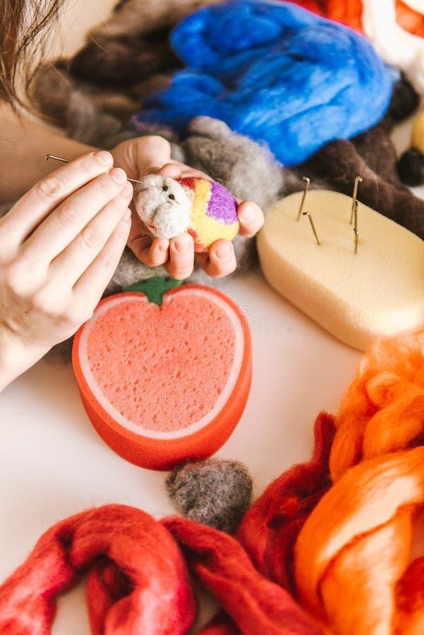 Processus de fabrication des jouets mous de laine image stock
