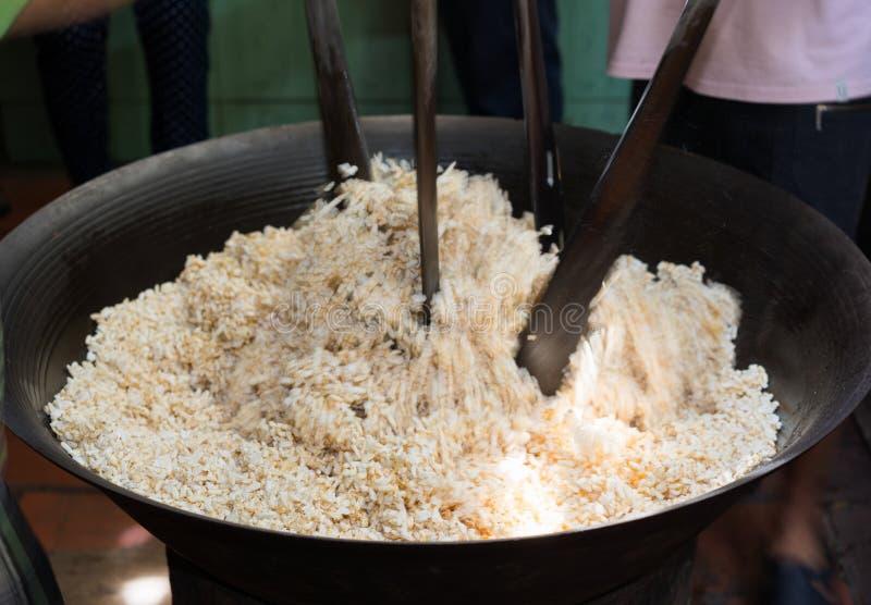Processus de faire à guimauve le gâteau de riz soufflé croustillant dans le delta du Mékong, Vietnam du sud, tache floue de mouve photo stock