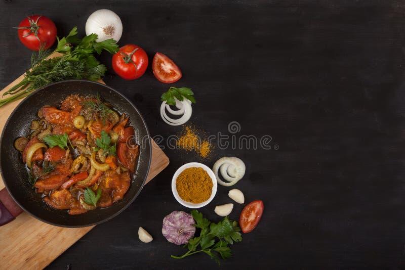 Processus de faire cuire la sauce tomate chaude pour des pâtes ou des spaghetti dans une casserole entourée par les ingrédients : photo stock
