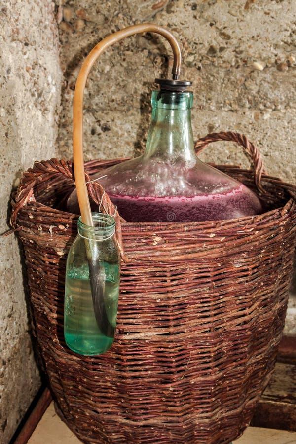 Processus de fermentation de vin dans dame - jeanne images stock