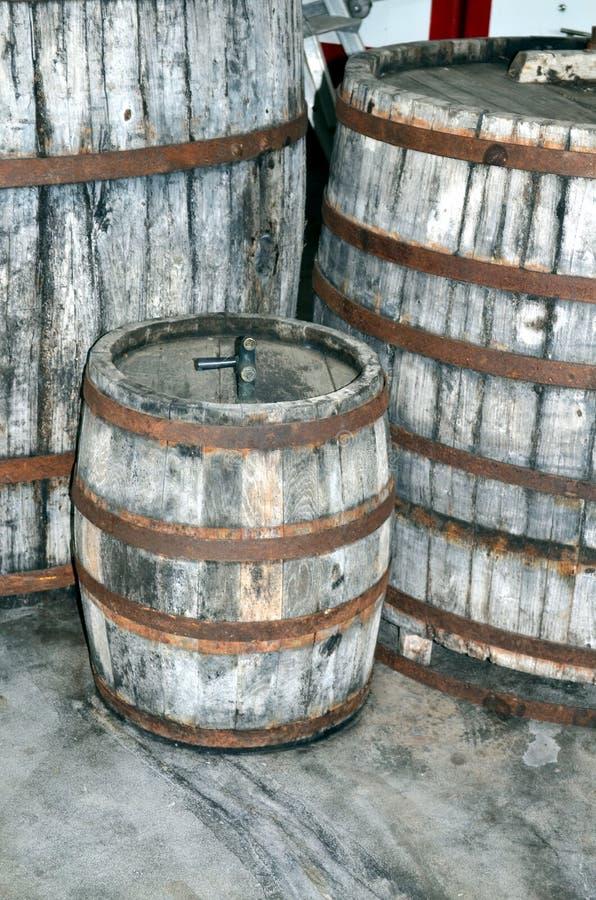Processus de fermentation de vin dans des touries de vin image libre de droits