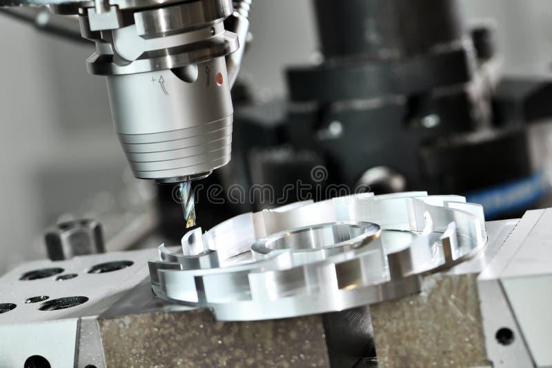 Processus de fraisage de coupe de commande numérique par ordinateur métal ouvré usinant par le coupeur de moulin images libres de droits