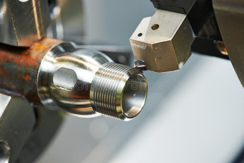 Processus de fraisage de métal sur la machine-outil photo stock