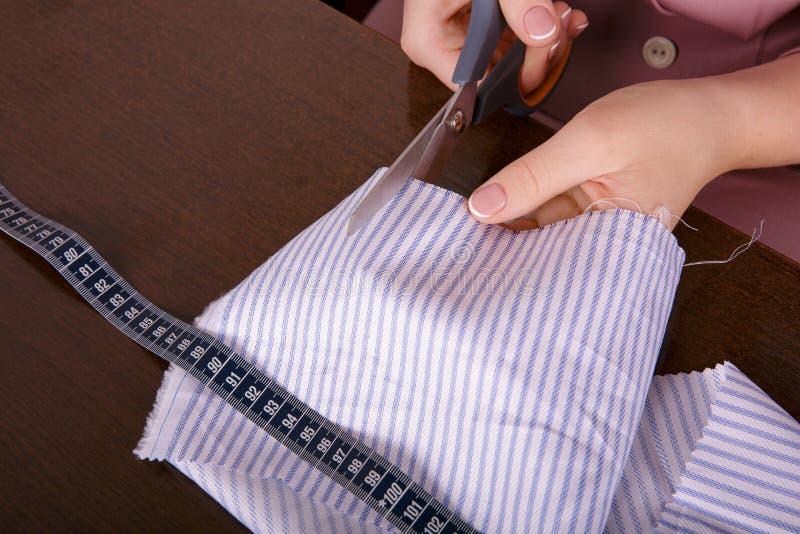 Processus de la couture Coupe de tissu photo libre de droits