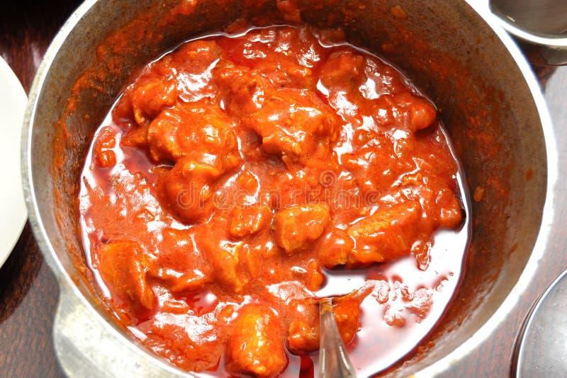 Processus de la cuisson à la casserole de la goulache de porc dans un pot de fonte photos stock