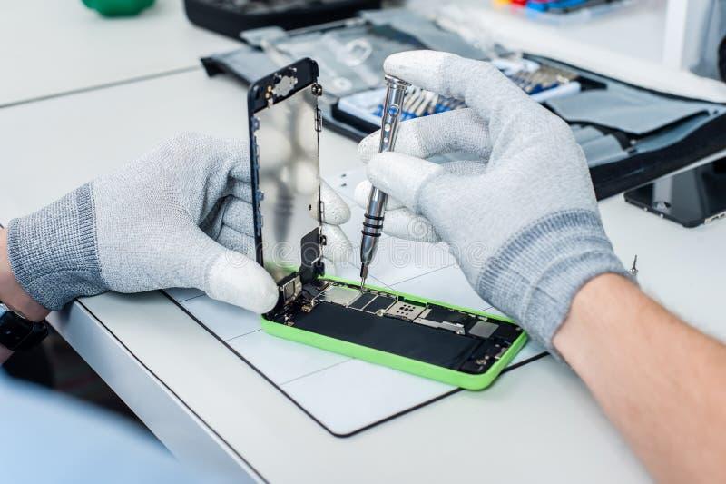 Processus de la réparation de téléphone portable photographie stock libre de droits
