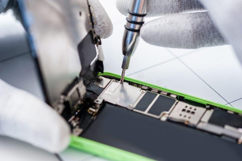 Processus de la réparation de téléphone portable images libres de droits