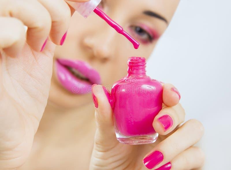 Processus de manucure - la belle fille fait la manucure rose photo stock