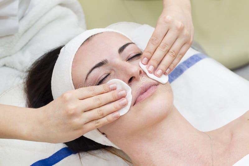 Processus de massage et de massages faciaux photographie stock